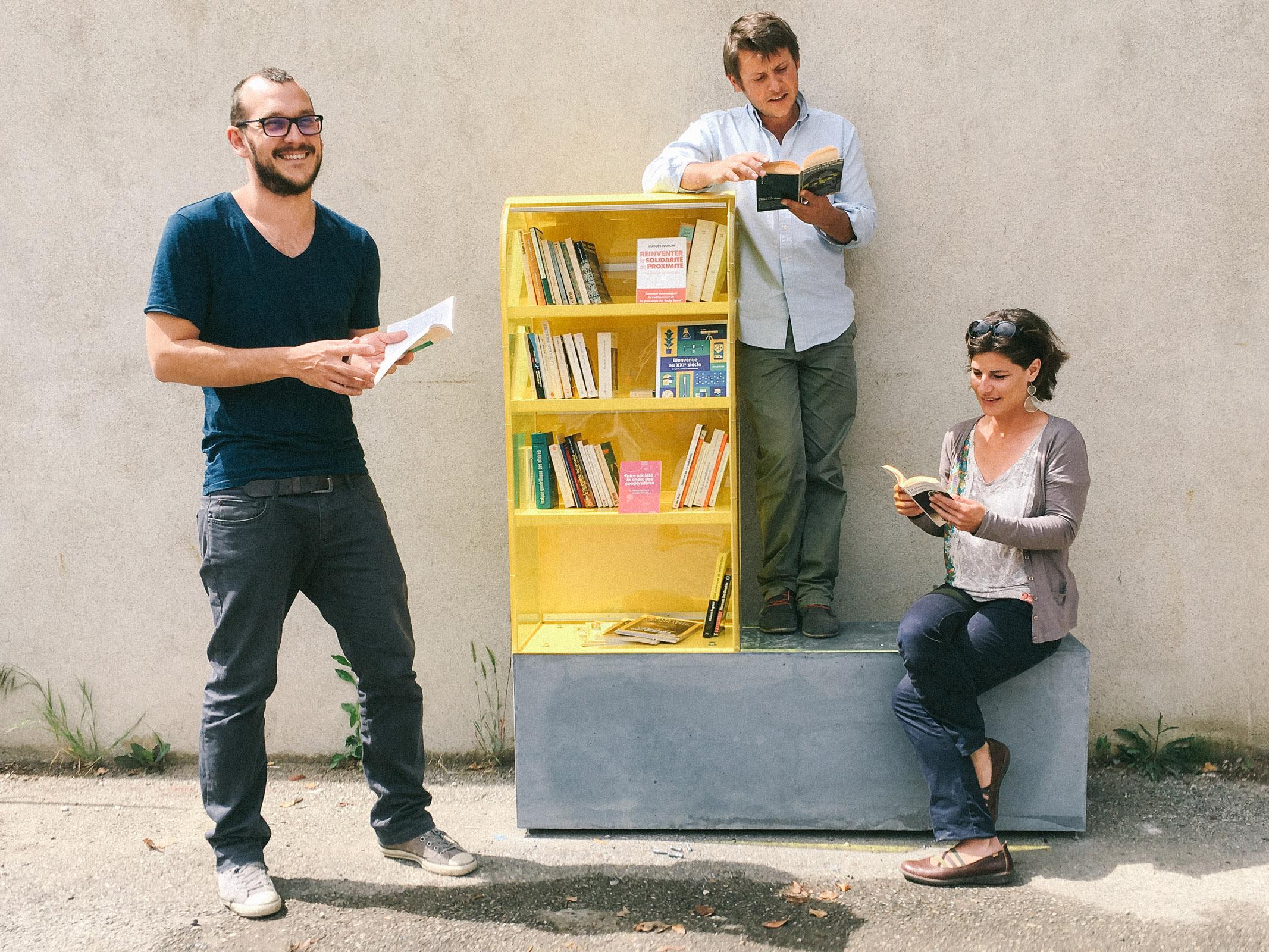 Toute l'équipe de Villages vivants réunie autour de la Givebox installé a l'usine vivante de Crest dans la Drôme.